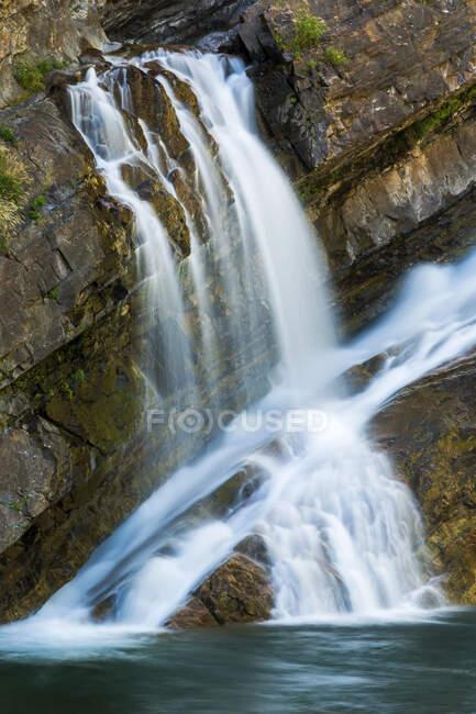 Водопады на скалистой скале, Национальный парк Уотертон Лейкс; Уотертон, Альберта, Канада — стоковое фото
