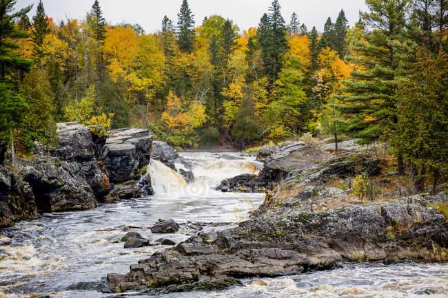 Каскадные водопады, падающие по осенним пейзажам в парке Jay Cooke State Park; Миннесота, США — стоковое фото