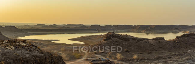 Плотина Хардап на рассвете, область Хардап; Намибия — стоковое фото
