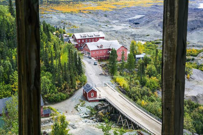 Guardando fuori dalla finestra superiore del mulino di concentrazione, ex negozio e ufficio postale a Kennecott Miniera di rame. Visitor Center; McCarthy, Alaska, Stati Uniti d'America — Foto stock