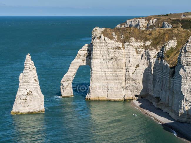Природная арка в меловых скалах с бирюзовой водой вдоль побережья, комплекс Этретат Мел; Этретат, Нормандия, Франция — стоковое фото