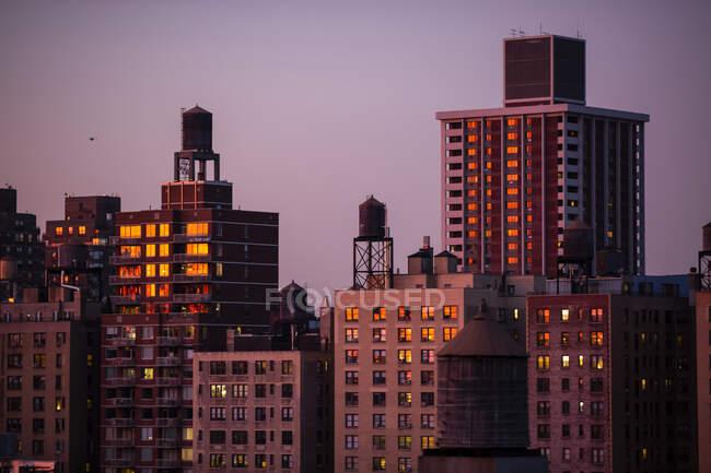 Wohngebäude in der Abenddämmerung mit Klimaanlage und Wasserreservoirs auf den Dächern; New York City, New York, Vereinigte Staaten von Amerika — Stockfoto