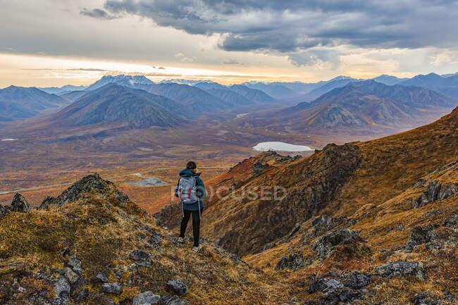 Mulher explorando as montanhas ao longo da estrada Dempster durante o outono no outono; Yukon, Canadá — Fotografia de Stock