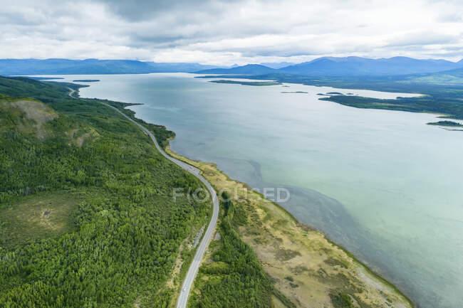 Горы Святого Элиаса возле перекрестка Хэйнс летом в Юконе. Озеро Фебаш; Хайнс Джанкшн, Юта, Канада — стоковое фото