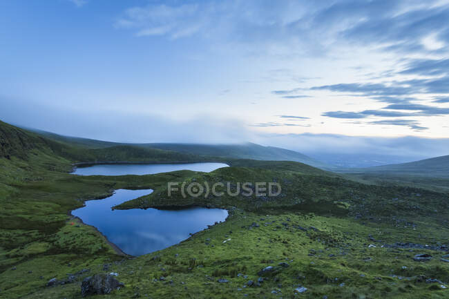 Vista dell'alba su due laghi nelle Galty Mountains; Contea di Limerick, Irlanda — Foto stock