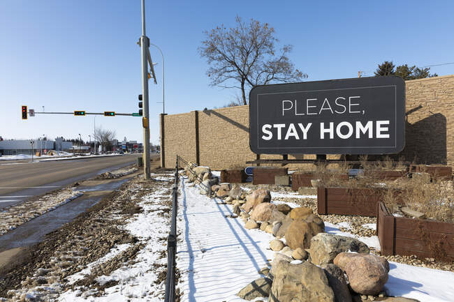 Roadside sign saying 'Please Stay Home' during the isolation of Covid-19 world pandemic; St. Albert, Alberta, Canada — Stock Photo