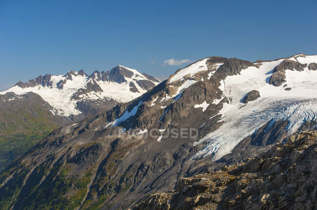 The Harding Icefield Trail with the Kenai Mountains and an unnamed hanging glacier in the background, Kenai Fjords National Park, Kenai Peninsula, South-central Alaska ; Alaska, États-Unis d'Amérique — Photo de stock
