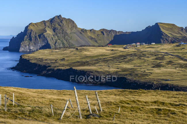 La isla de Heimaey, parte del archipiélago de Vestmannaeyjar en el sur del continente de Islandia; Heimaey, Vestmannaeyjar, Islandia - foto de stock