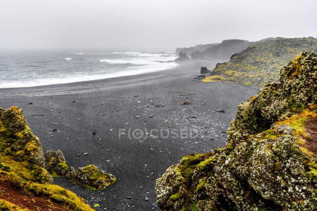 Djupalonssandur una baia a forma di arco di scogliere scure e sabbia nera, situata sulla penisola di Snaefellsnes nell'Islanda occidentale. — Foto stock
