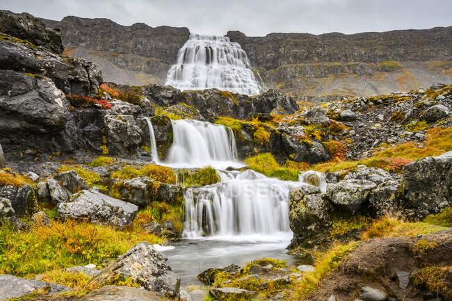 Dynjandi (noto anche come Fjallfoss) è una serie di cascate situate nei fiordi occidentali, in Islanda. Le cascate hanno un'altezza totale di 100 metri; Isafjaroarbaer, Westfjords, Islanda — Foto stock