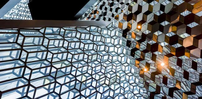 Harpa Concert Hall and Conference Centre, una moderna sala de conciertos y centro de conferencias de panal de abeja de vidrio, hogar de la ópera y sinfonía nacional; Reykjavik, Reykjavik, Islandia - foto de stock