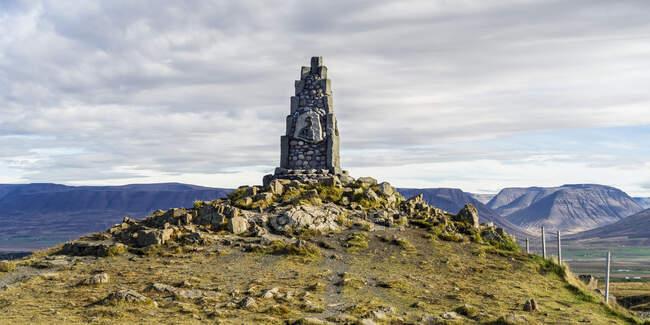 Monumento a Stephan G. Stephansson, poeta; Skagafjordur, Región Noroeste, Islandia - foto de stock