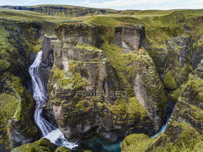 Fjadrargljufur magnificent and massive canyon, about 100 meters deep and about two kilometres long. The canyon has sheer walls; Skaftarhreppur, Southern Region, Iceland — Stock Photo