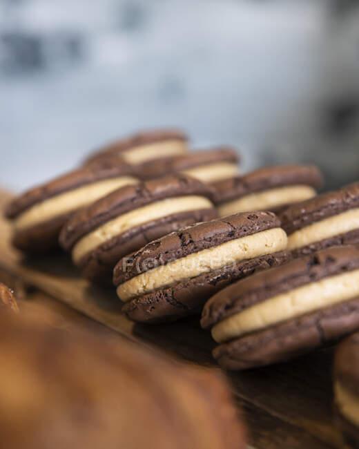 Шоколадное печенье и крем выстроились в очередь на деревянной доске; Мельбурн, Виктория, Австралия — Stock Photo