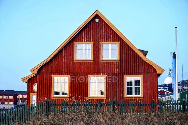 Un tipico edificio a Nuuk, Groenlandia con un tetto a picco e facciata intemperie; Nuuk, Sermersooq, Groenlandia — Foto stock