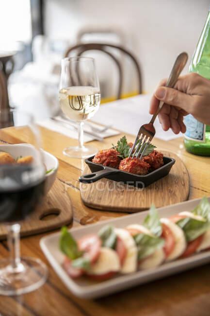 Comer albóndigas en un restaurante; Melbourne, Victoria, Australia - foto de stock
