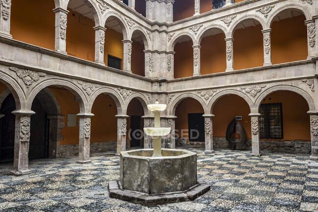 Calcite alabaster fountain во дворе Национального художественного музея; La Paz, La Paz, Bolivia — стоковое фото