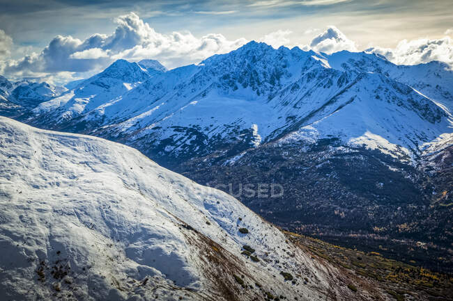 Snow-capped Temptation Peak viewed from Rendezvous Ridge, fall coloured Ship Creek Valley below the mountains. Chugach State Park, South-central Alaska in autumn; Anchorage, Alaska, United States of America — Stock Photo