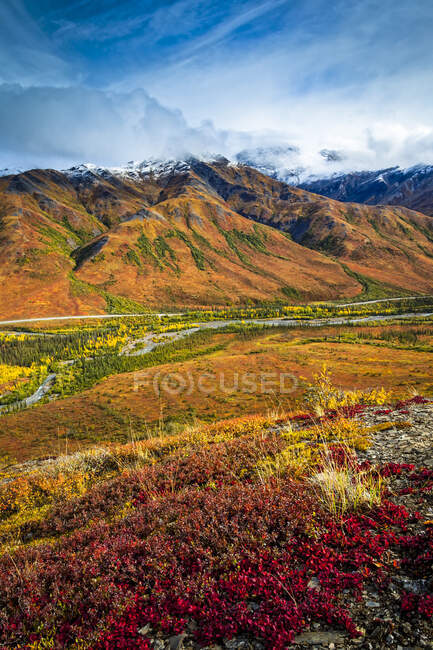 Brooks Mountains et Dalton Highway en couleurs automnales, Gates of the Arctic National Park and Preserve, Arctic Alaska en automne ; Alaska, États-Unis d'Amérique — Photo de stock