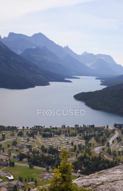 Vista de Waterton Townsight desde el punto de destino del sendero de la joroba del oso; Alberta, Canadá - foto de stock