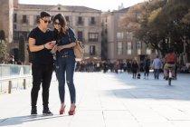 Bela jovem asiático casal passar férias em Barcelona — Fotografia de Stock