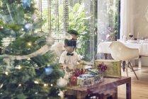 Felice padre asiatico e figlio che celebrano il Natale insieme — Foto stock