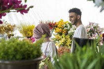 Young muslim couple shopping for flowers. — Stock Photo