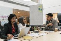 Jovens empresários multiculturais que trabalham em conjunto no escritório moderno — Fotografia de Stock