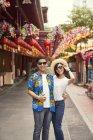 Jovem asiático casal ter diversão no chinês ano novo festival — Fotografia de Stock