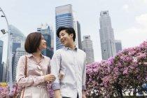Giovane coppia asiatica trascorrere del tempo insieme a Singapore — Foto stock