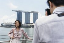 Uomo scattare foto di donna asiatica a Singapore — Foto stock