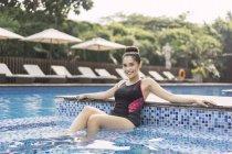 Молодая красивая женщина в купальнике развлекается в бассейне — стоковое фото