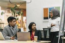 Jovens empresários multiculturais que trabalham em escritórios modernos — Fotografia de Stock