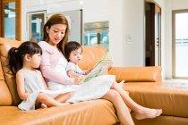 Матері і дитини читання разом в домашніх умовах — стокове фото