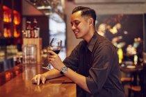 Jovem bonito asiático no café com vinho — Fotografia de Stock