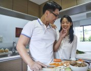 Préparer un repas à la cuisine l'heureux couple asiatique — Photo de stock