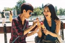 Щасливі азіатських жінок, їдять морозиво — стокове фото