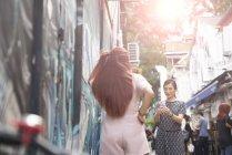 Молодые азиатские женщины фотографируют на городской улице — стоковое фото