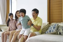 Laços de família no sofá e se divertir — Fotografia de Stock