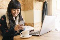 Donna di affari usando il suo computer portatile nel Coffee Shop. Concetto di affari — Foto stock