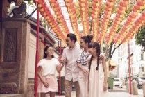 Jovem feliz asiático família no budismo santuário — Fotografia de Stock