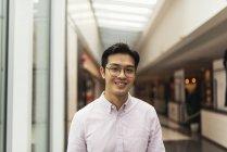 Jovem casual asiático homem no shopping — Fotografia de Stock