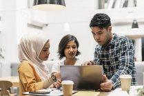 Jovens empresários multicultural trabalhando com o laptop no escritório moderno — Fotografia de Stock