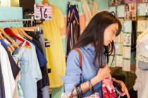 Attractive asian woman shopping in the city — Stock Photo