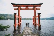 Vista posteriore di una coppia di giovani hipster al Santuario di Itsukushima, Giappone — Foto stock