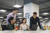 Молоді азіатські ділових людей на роботі в сучасні офісні — стокове фото
