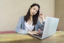 Una mujer china que parece estresada por el trabajo . - foto de stock