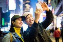 Turista asiatico prendere un selfie in Time Square — Foto stock