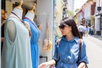 Mulher asiática atraente compras na cidade — Fotografia de Stock