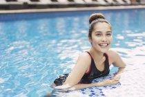Красиві азіатські брюнетки в плавальний костюм весело у басейну — стокове фото